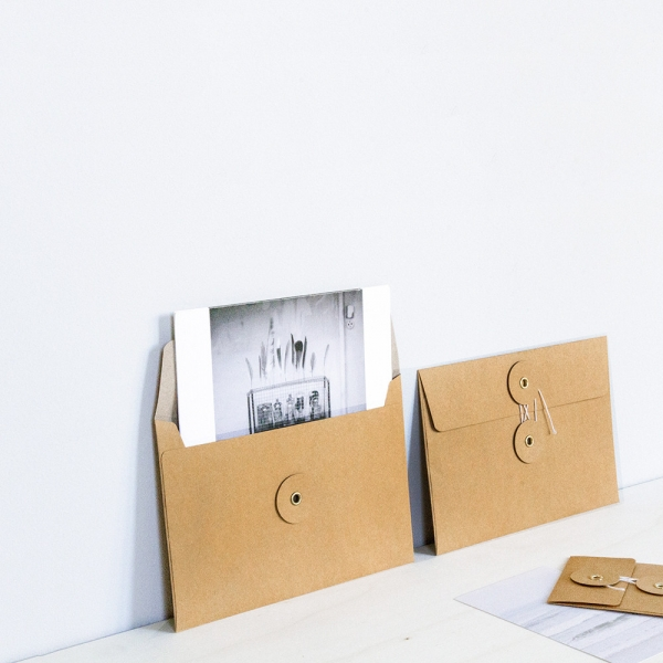 Set de 8 enveloppes kraft - A6 - Set de 8 enveloppes kraft orange à oeillet par TRAVELER'S COMPANY.