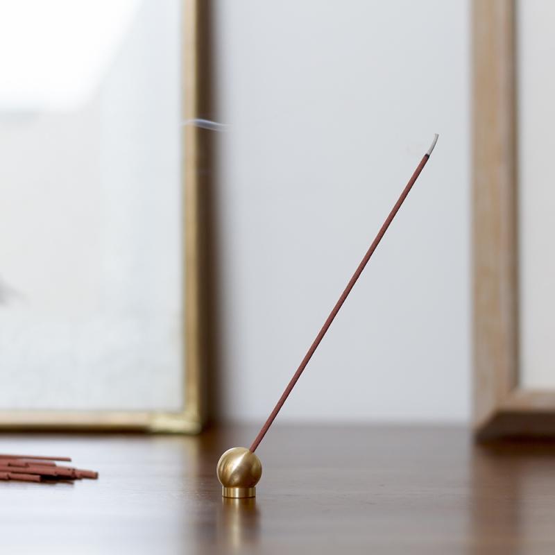 Porte encens en laiton par sumitani saburo co chez for Porte encens