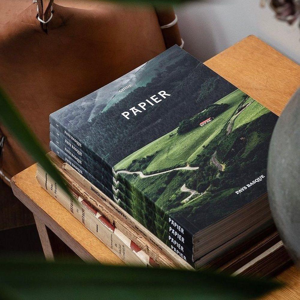 Nous sommes très heureux de proposer les magazines @guidepapier ! Les deux premiers volumes sont disponibles en ligne et en boutique ⚡️PAPIER est indépendant, sans publicité, entièrement autofinancé et autoédité par sa micro maison d'édition basée à Biarritz. Ce guide souhaite contribuer à la valorisation d'une agriculture paysanne et durable ainsi qu'à la préservation du patrimoine artistique et créatif de nos régions.•Dimensions : 22 x 15 cm •160 pages •couverture épaisse, dos carré collé •Papier haut-de-gamme, PEFC •Impression au Pays basque©️ photo : @mamieboude / @editionspapier