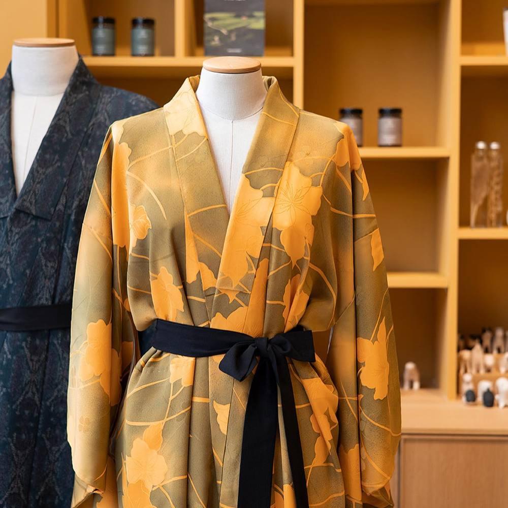 Maison Godillot est fière de vous présenter la nouvelle collection de @tomoka_asai . Ses pièces uniques s'inscrivent dans une mode responsable en redonnant vie à des kimono vintage en provenance de Kyoto.En proposant 2 nouvelles coupes, ses soies aux motifs traditionnels élégants, sobres ou éclatants, acquièrent une nouvelle vestibilité. Une simple ceinture remplace le fameux Obi, laissant place à la fluidité.Tomoka ASAI est née à Tokyo et vit à Milan. Elle sera présente à la boutique le temps de l'exposition.Exposition éphémère en boutique du 14 au 16 octobre dans le cadre du festival international de la Mode et de la Photographie de Hyères @villanoailles