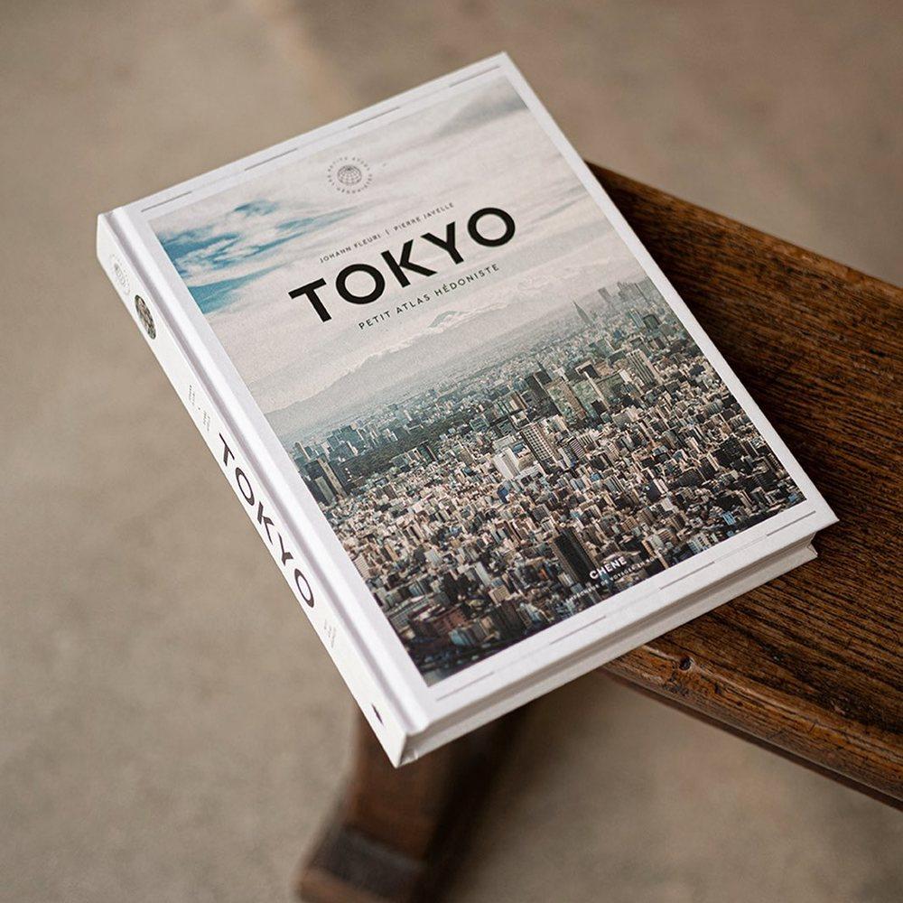 TOKYO - Le Petit Atlas Hédoniste par Johann Fleuri (auteur) et Pierre Javelle (photographe) aux éditions du CHÊNE.Découvrir l'histoire de Tokyo, à l'époque où elle était Edo - Prendre un bain dans un sento, dans le respect des coutumes - Admirer un combat sacré de sumos - Déguster les spécialités culinaires de différents quartiers de Tokyo - Pénétrer dans un appartement capsule, au coeur de l'architecture de la ville - Assister à une pièce de théâtre nô - Comprendre le climat de l'archipel du Japon - Visiter le plus vieux temple bouddhique de la ville.À retrouver en ligne et en boutique 📍