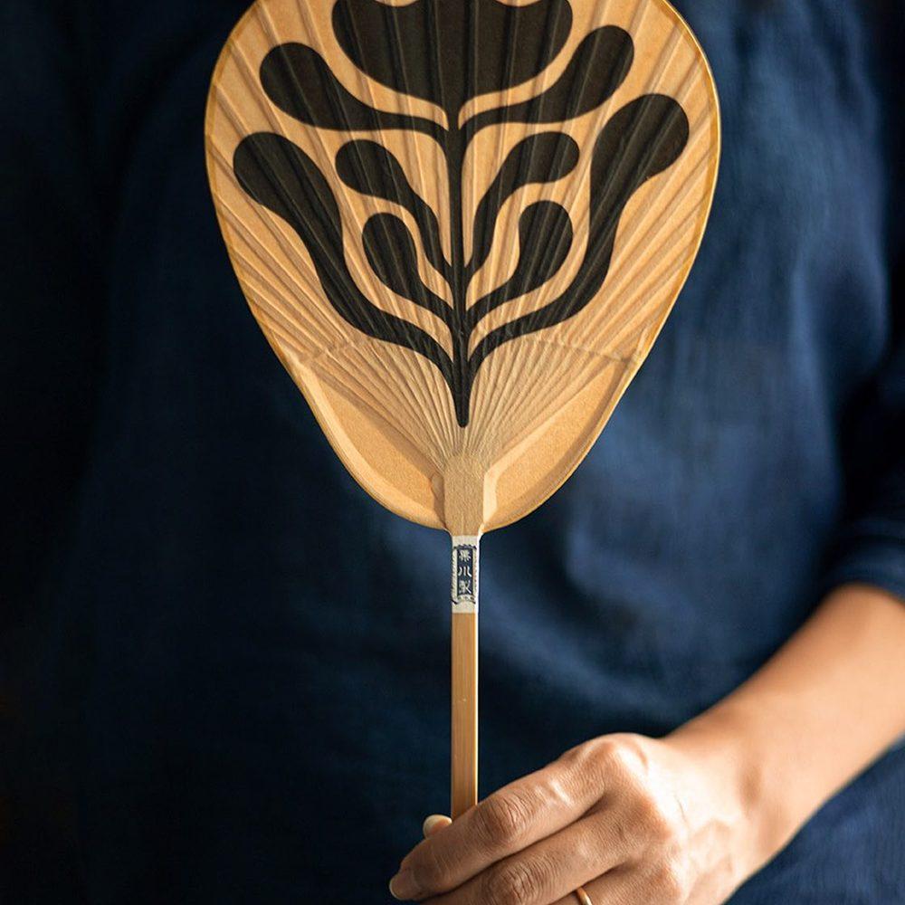 KUTAMI UCHIWA 2021 - VEGETAL - Eventail en édition limitée et exclusive par l'illustrateur marseillais @davidvanadia x Maison Godillot.Eventail en bambou et papier Washi par le dernier atelier à fabriquer ses éventails à la main à Yamaga, Japon.Autrefois, ce format servait principalement à éteindre les bougies des autels mais il est aujourd'hui prisé pour garder à portée de main et emporter aux festivals d'été.Depuis 1889, l'atelier KURIKAWA SHOTEN produit à la manière traditionnelle héritée de Kutami. Cet art porte-bonheur en fait un objet qui s'offre en toute occasion pour souhaiter une vie heureuse (naissance), la prospérité (commerce), la réussite scolaire ou professionnelle,...DAVID VANADIA est un artiste et illustrateur français basé à Marseille. Nous aimons la simplicité de son langage et sa façon d'exprimer graphiquement les idées.Un grand merci à Mr @creasenso 😉À retrouver en ligne et en boutique !