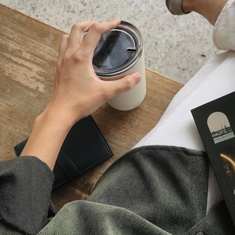 TO GO TUMBLER 360ml - Tasse à double paroi avec couvercle par @kintojapan 🇯🇵TO GO TUMBLER est idéal pour divers moments de votre journée, que ce soit pour aller travailler, conduire ou se détendre, cette tasse vous accompagne sans renoncer au style ni à l'écologie. Le couvercle a une structure minimale pour une consommation confortable. Le gobelet isotherme conserve longtemps la température et la saveur des boissons, et sa forme conique permet de le transporter facilement à la main.À découvrir en ligne et en boutique 📍©️ photo : @ttroubletaker via @kintothailand