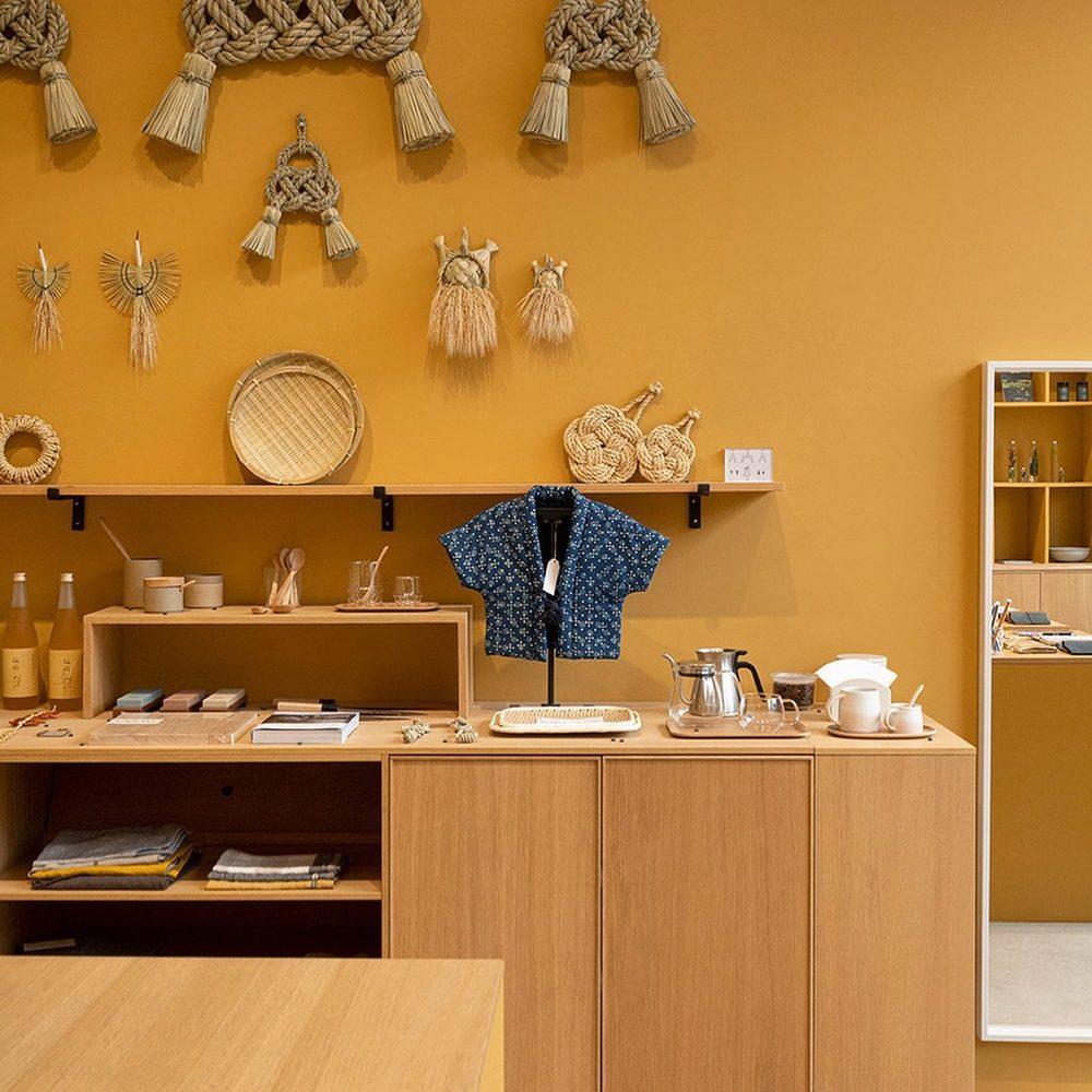 Exposition des décorations en paille de riz en provenance de Hinokage (Kyushu, Japon)🇯🇵. Un artisanat sacré et saisonnier réalisé par l'atelier Takubo à partir de leurs propres cultures en terrasse.Nous sommes très chanceux de pouvoir les proposer à la vente, ici à Hyères et en ligne. Quantité très limitée! 🧡💛